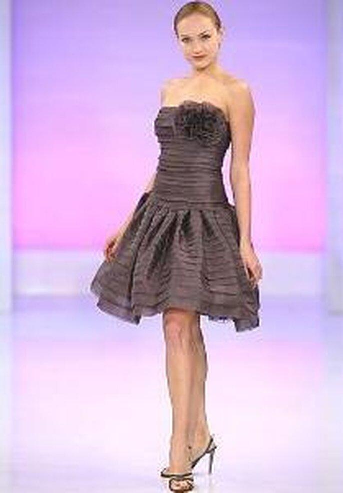 Cymbeline 2009 - Vestido corto marrón con escote palabra de honor con aplique floral