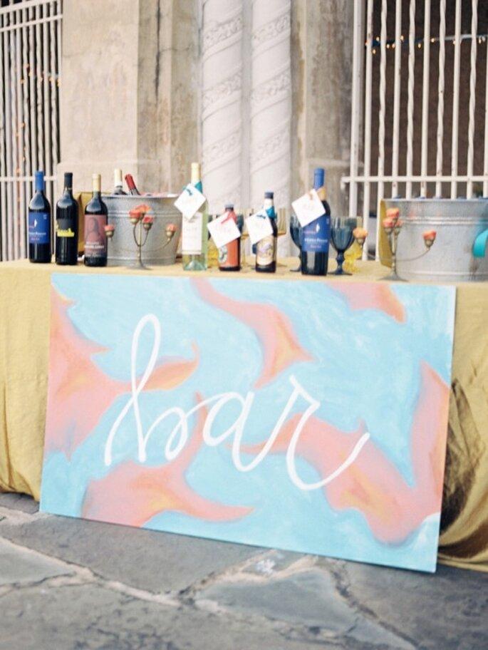 Estaciones de la boda con divertidos carteles hechos con acuarela - Foto Kat Braman