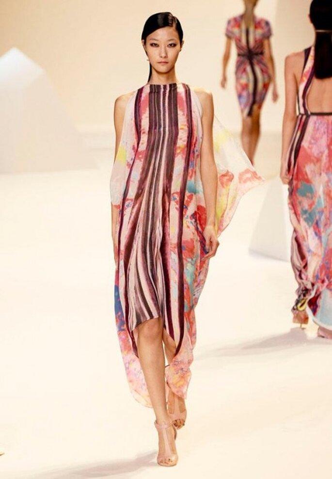 Vestido de fiesta sin escote con telas voluminosas y estampado colorido - Foto Elie Saab Facebook