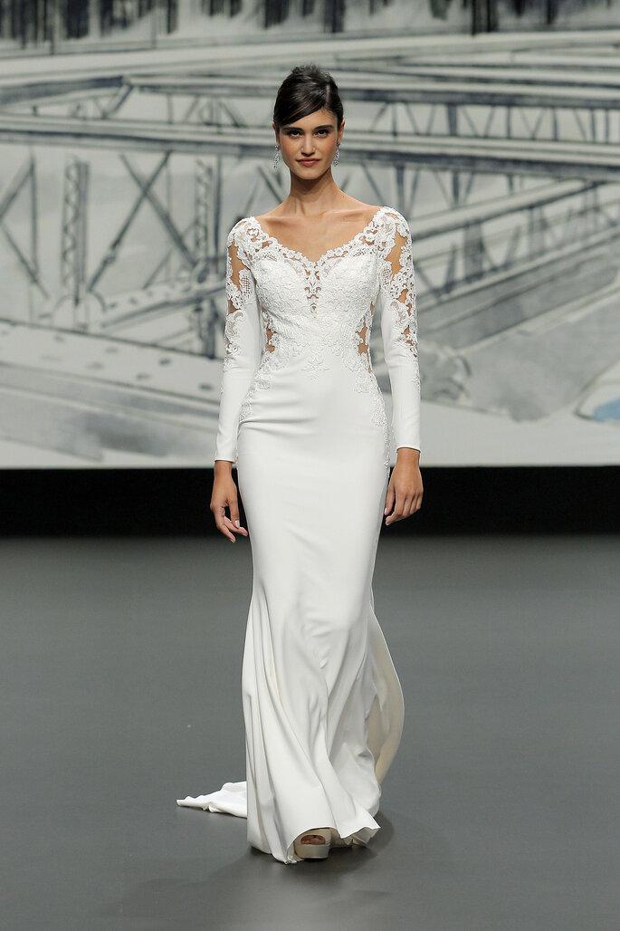Barcelona Bridal Fashion Week St Patrick vestido de novia entallado de manga larga entallado con cuello redndo y efecto tatoo en parte de las mangas y el escote