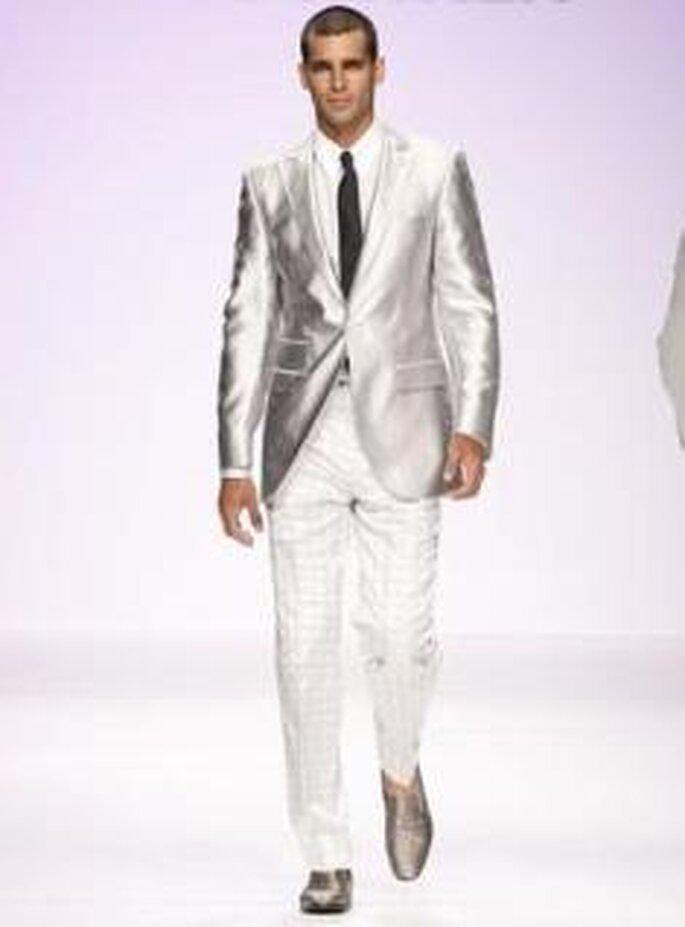 Fuentecapala 2010 - Americana satinada con pantalón blanco, corbata contrastando