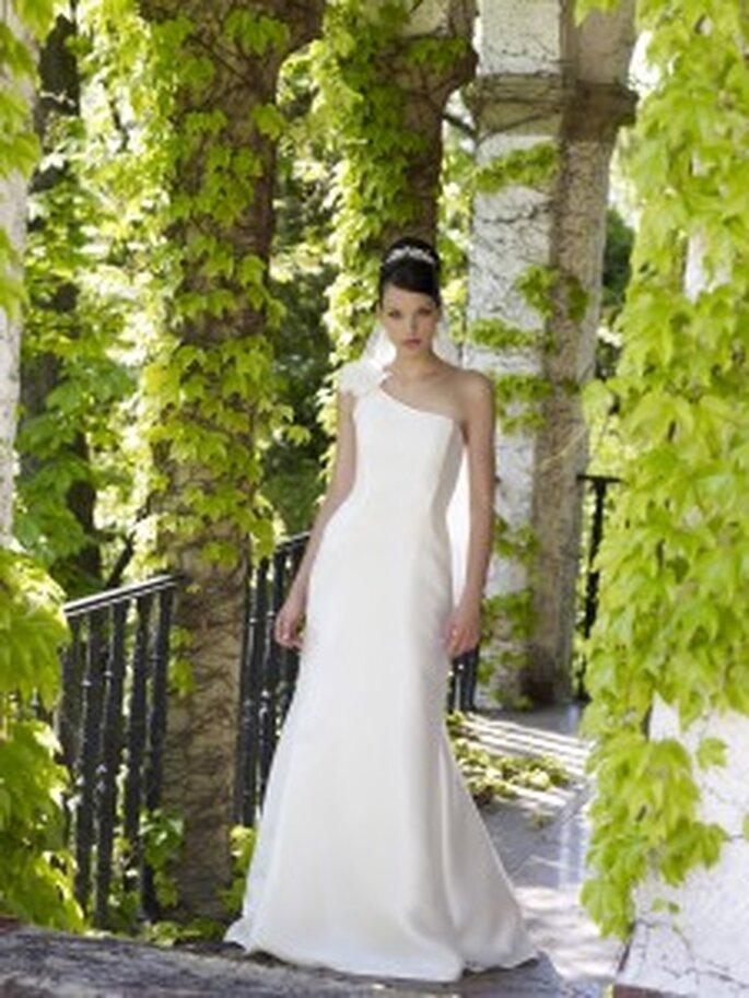 LILLY 2010, 3093 - Figurbetontes Brautkleid mit einem diagonalen Träger mit Organzablume