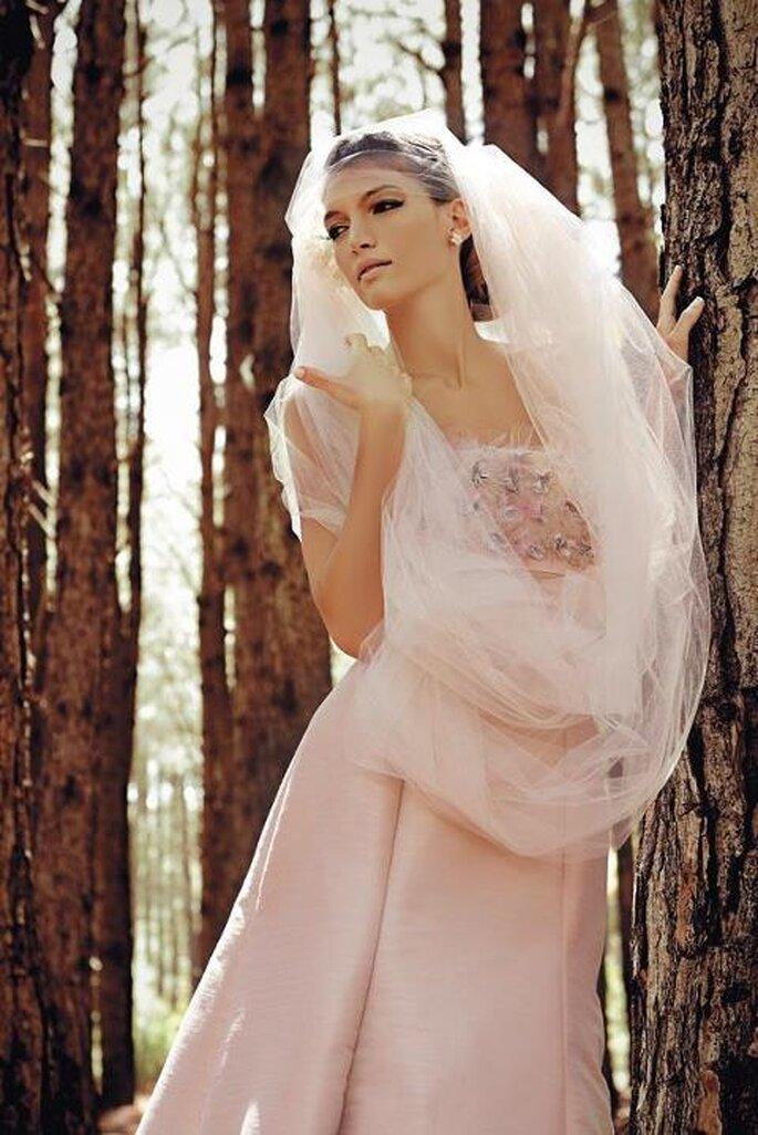 Brautkleider in Rosé wirken lieblich und verträumt – Foto: Mariana Estrada