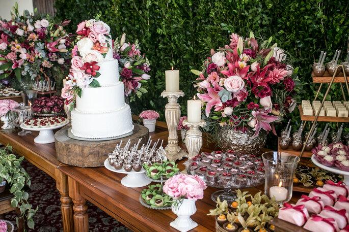 Mesa de casamento com flores em tons de rosa
