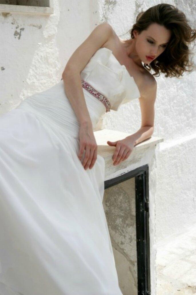 Vestido de novia 2012 con cinturón rosa de Mariella Burani