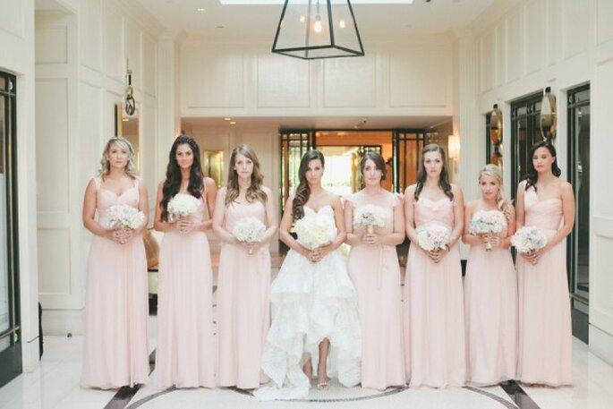 Para que tus damas se vean divinas, elige un color neutro que armonice con tu look - Foto Onelove Photography