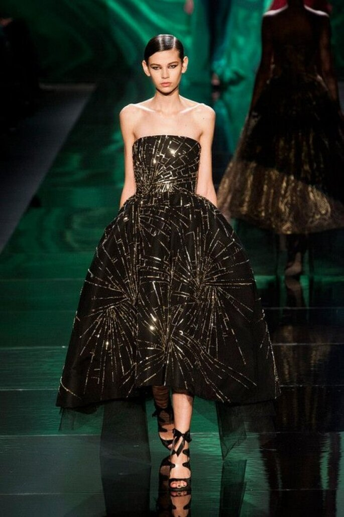 Vestido de fiesta en color negro con estampados en tono dorado - Foto Monique Lhuillier