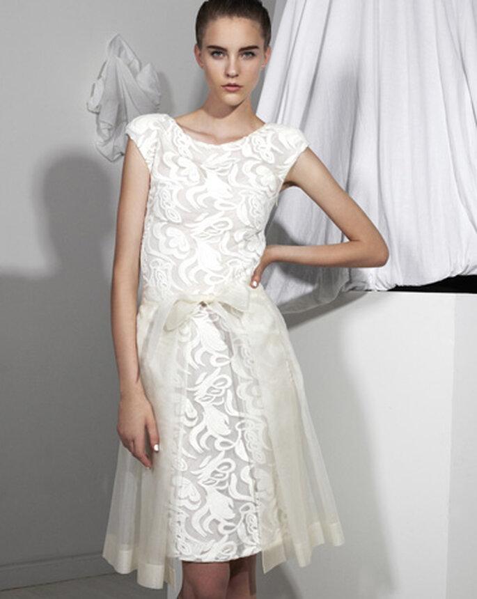 Vestido de novia corto con detalles de encaje y falda superpuesta