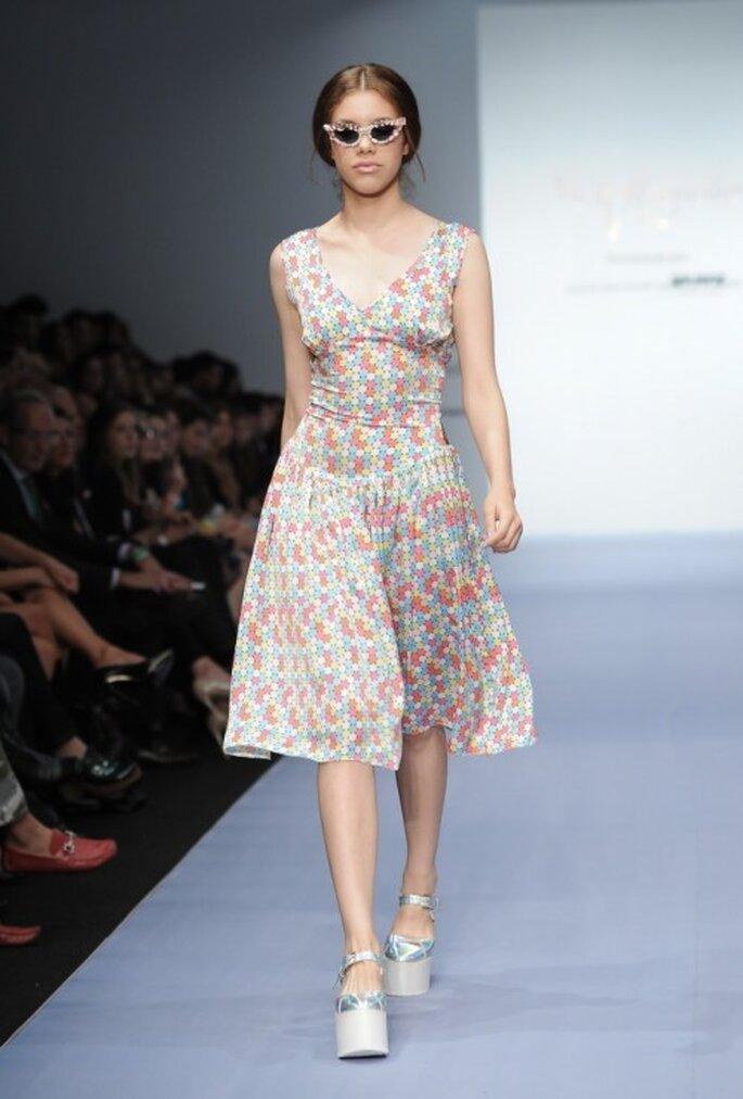 Vestido de fiesta sin mangas con estampado de lunares multicolor - Foto Mercedes Benz Fashion Week México