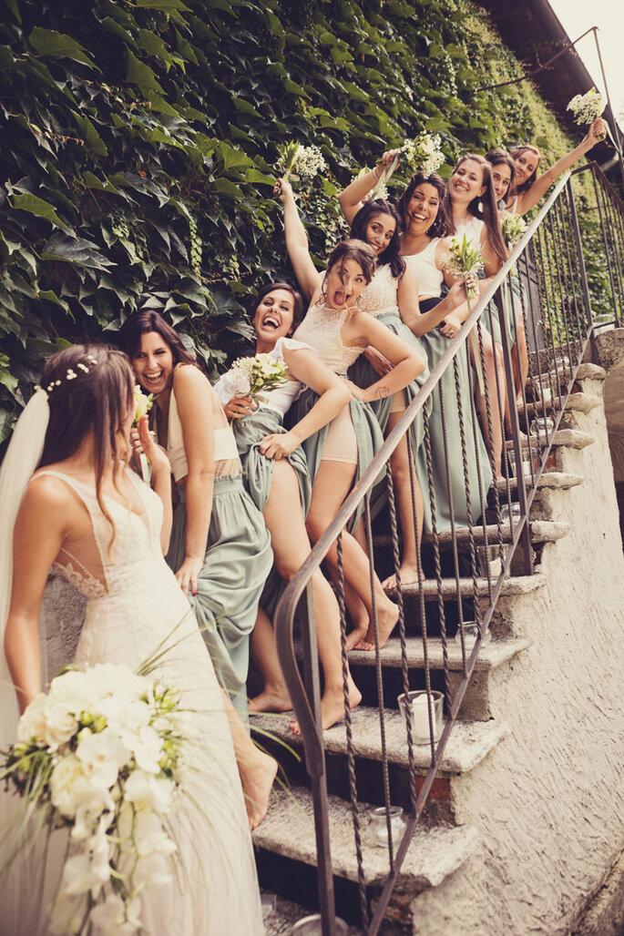 Hochzeitsfoto. Brautpaar mit Brautjungfern auf Treppe