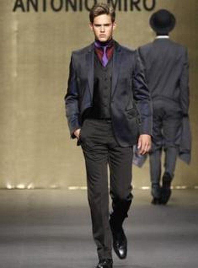 Antonio Miró 2009 - Traje de novio, con chaleco y corbata de colores fuertes