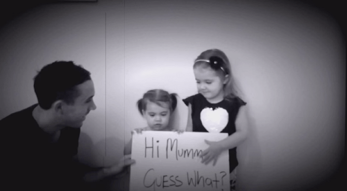 Scott et ses filles Scarlett et Sienna ont mis au point une demande en mariage très émouvante. Crédit : Scott Worgan