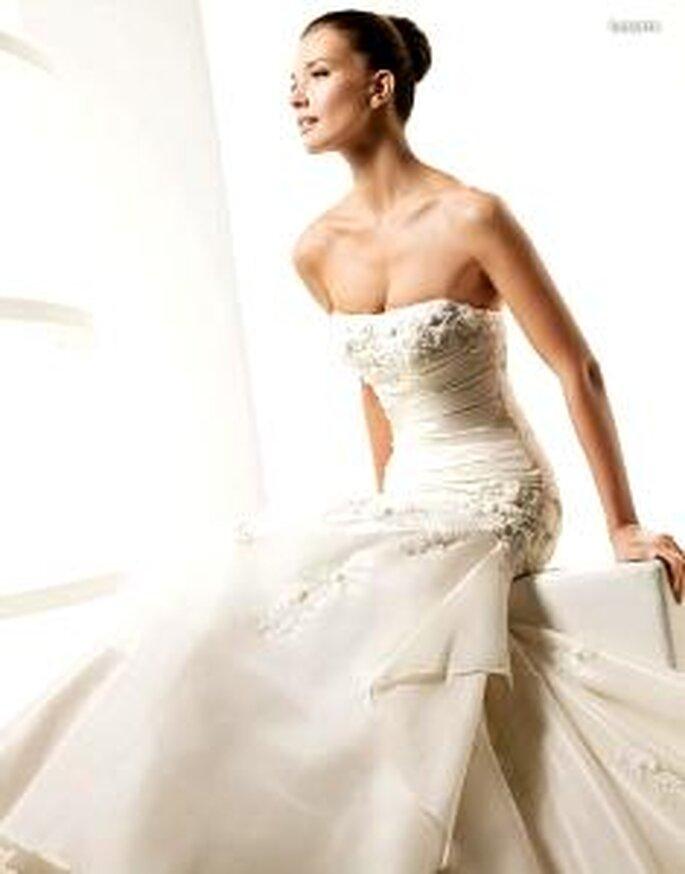 La Sposa 2010 - Lasarte, vestido largo en sedas y encaje con bordados