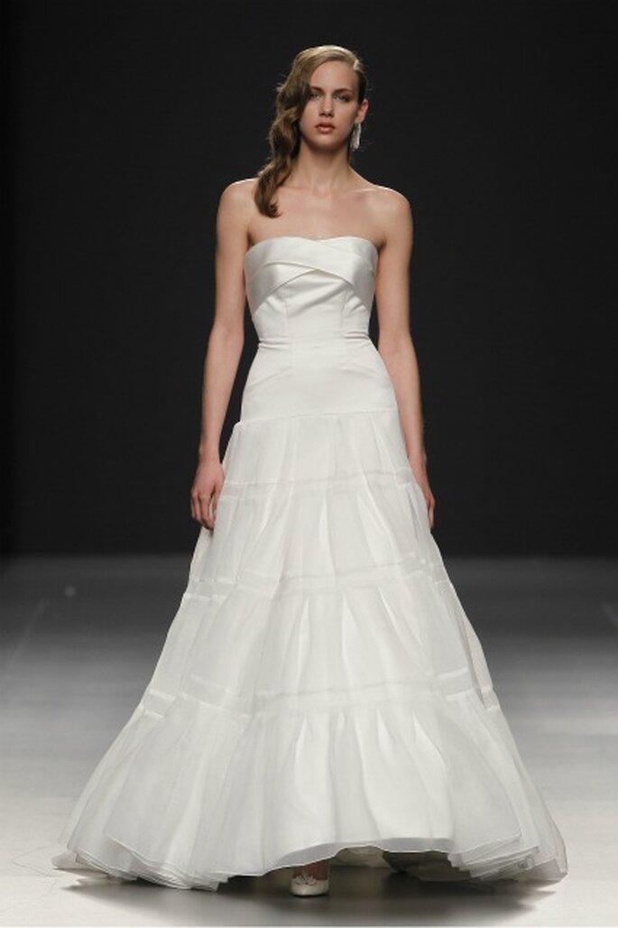 Vestido de novia Devota & Lomba 2012 palabra de honor con forma geométrica - Ugo Camera / Ifema