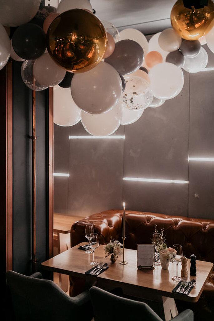 gold-weiße Balons über gedecktem Tisch