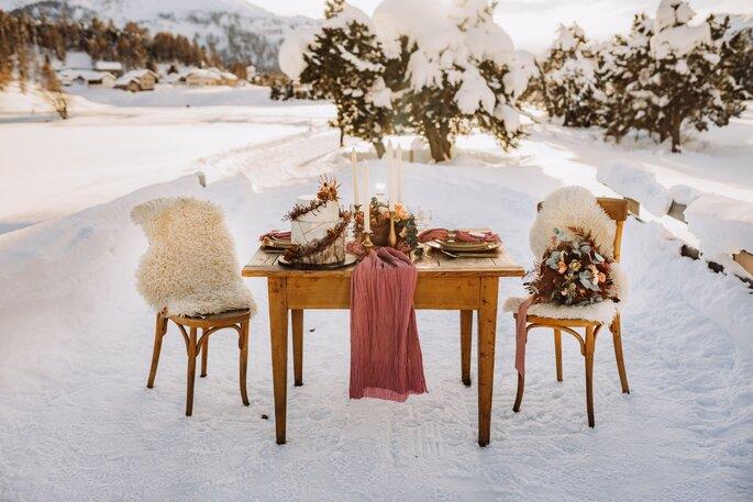 Tisch für zwei Personen im winter draussen