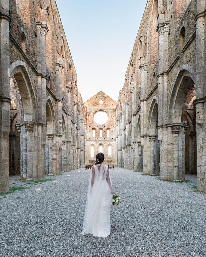 Iconico scatto della sposa con bouquet in un luogo italiano caratteristico