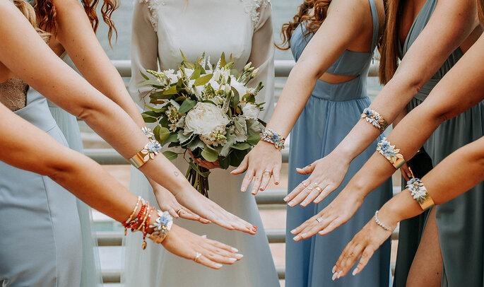 damas de honor com pulseiras iguais
