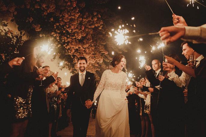 saída dos noivos com luzinhas