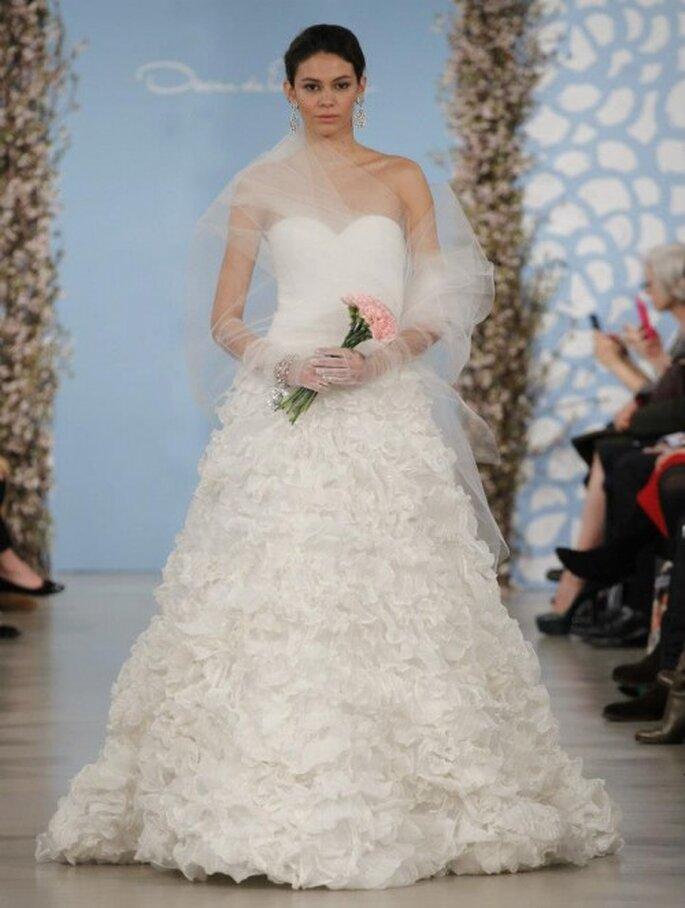 Vestido de novia con escote strapless y falda voluminosa con texturas - Foto Oscar de la Renta