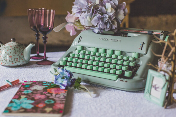 Máquina de escrever e caderneta.