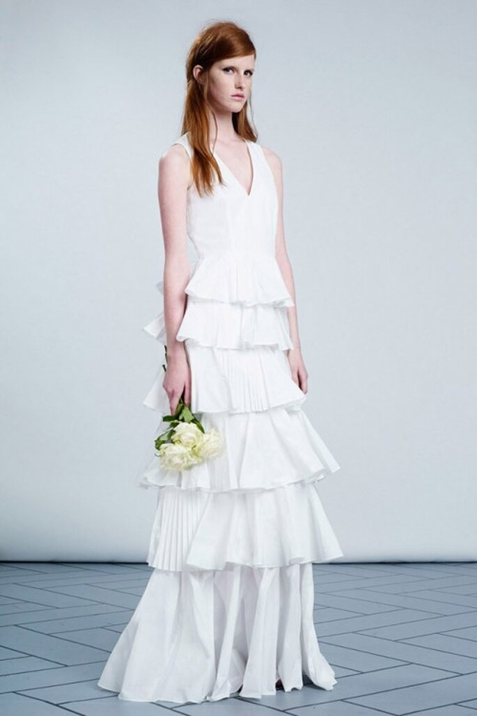 Vestido de novia con capas de olanes y cuello en V - Foto Viktor & Rolf