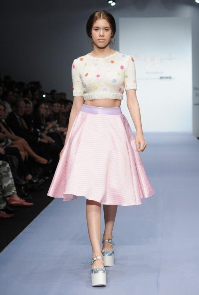 Falda midi con crop top tejido de lunares coloridos - Foto Mercedes Benz Fashion Week México