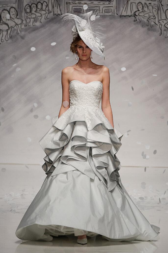 Si la doble falda no es suficiente, ¡un vestido de novia de capas voluminosas en la falda es lo que buscas! Diseño de Ian Stuart @ White Gallery London
