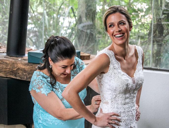 Noiva se arrumando para a cerimônia