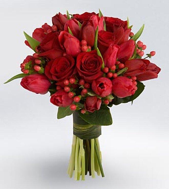 Bouquet o ramo de novia con varios tipos de flores rojas