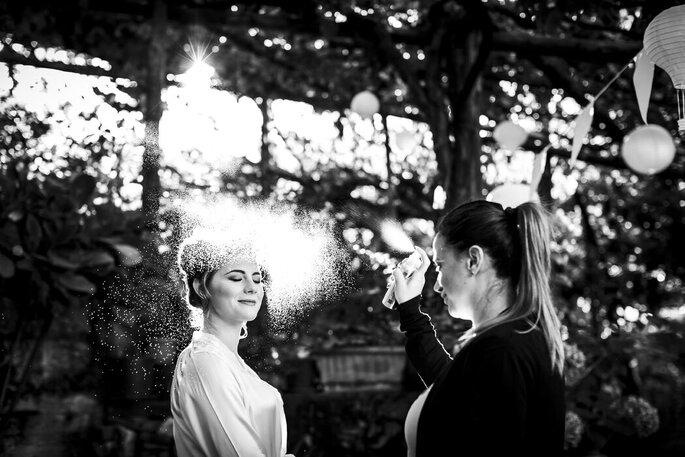 Scatto fotografico bianco e nero trucco e parrucco sposa