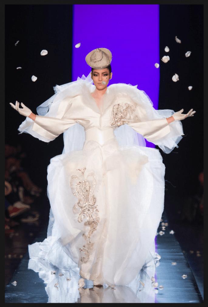 Vestido de novia alta costura en color blanco con volúmenes, cintura entallada y estampados color oro - Foto Jean Paul Gaultier