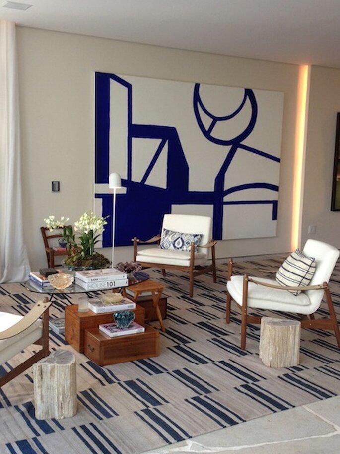 Aposte em quadros grandes ou peças de mobiliário com uma cor forte para dar personalidade à sua casa. Arquiteto Dado Castello Branco Foto -  Mariana Ortigão