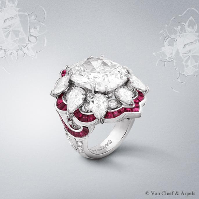Anillo de compromiso de corte redondeado con diamantes y rubíes en forma de flor - Foto Van Cleef & Arpels