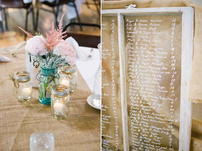 Tableros decorativos para señalar las mesas de los invitados. Foto: Jeff Sampson Photography