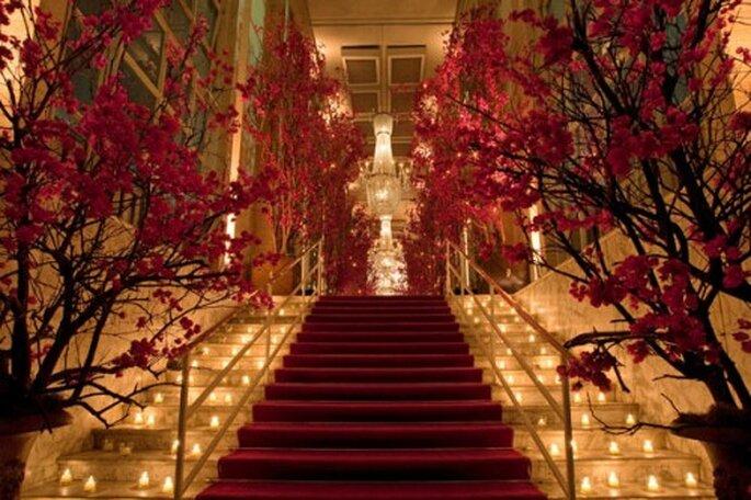 Decoración de boda con flores rojas. Imagen Boutique de Tres