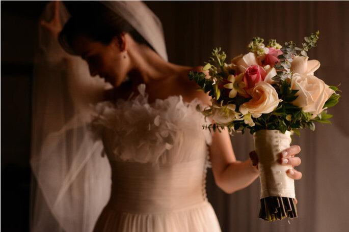 Sencillez y elegancia: Ramo de rosas en tonos claros con un detalle en raso y perlas. Foto: © Juya Photographer