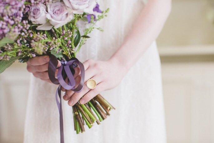 Detalles en color violeta para la decoración de tu boda - Foto Rebecca Wood