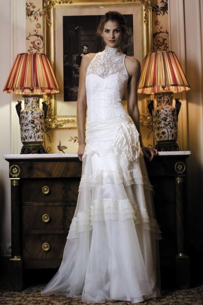 Vestito da sposa senza maniche con collo alto in pizzo e tulle. Mod.Feria, Cymbeline