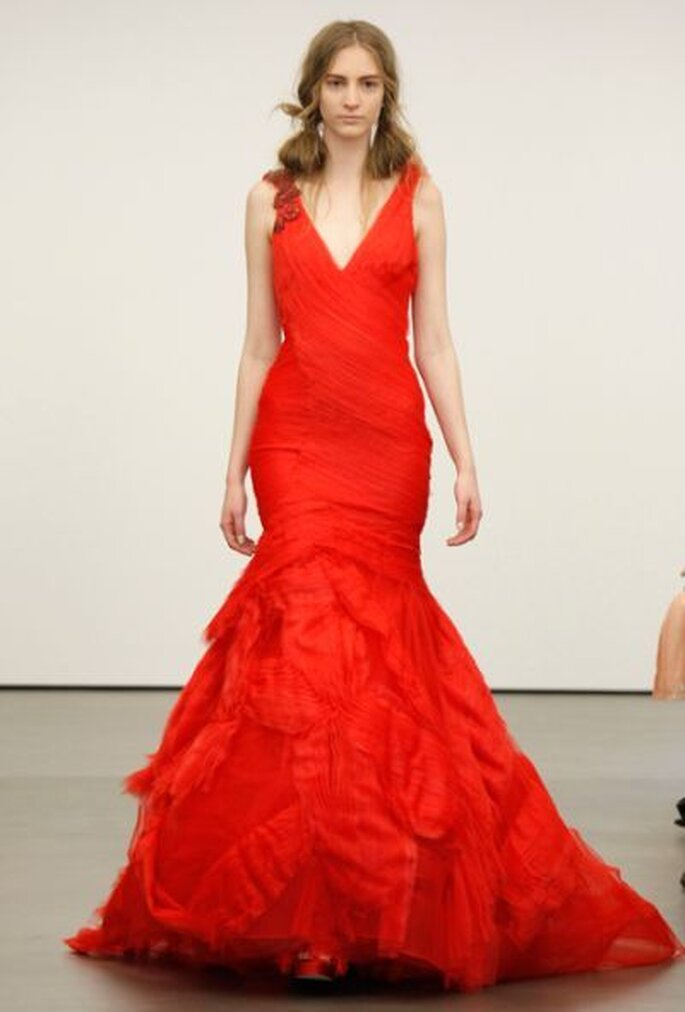 Robe de mariée rouge vif, décolleté en V et coupe sirène Vera Wang 2013. Photo: Vera Wang