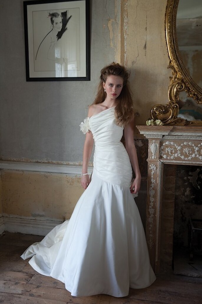 "Vestido de escote asimétrico ""Jessica"" de Mia Mia Bridal. Foto: www.miamiabridal.co.uk"