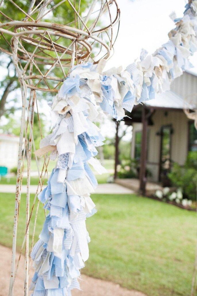 Azul polveado en los textiles decorativos de tu boda - Foto Astrid Photography