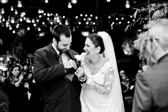 noivos se divertem em casamento clássico