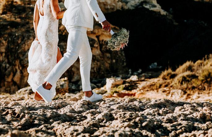 foto de noivos a andar na praia
