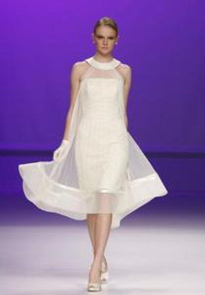 Novia D'Art 2010 - Vestido corto tubo, con sobretela en gaza, cuello redondo