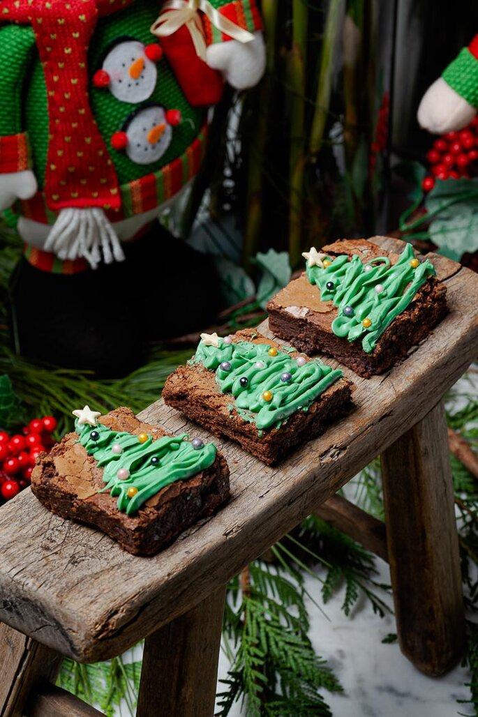 Brownie com confeitos em formato de árvore de Natal