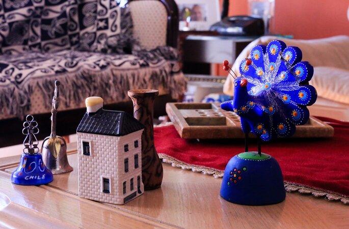 mesa da casa com lembranças de viagens