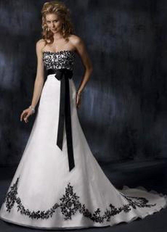 Maggie Sottero 2010 - Anne Marie, vestido largo en satén, de corte princesa, strapless, decorado con motivo floral