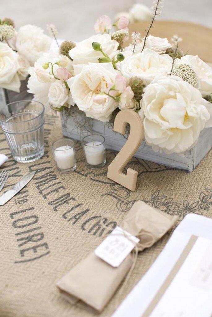 Centros de mesa en cajas color azul pastel con flores blancas al estilo vintage - Foto Tonya Peterson