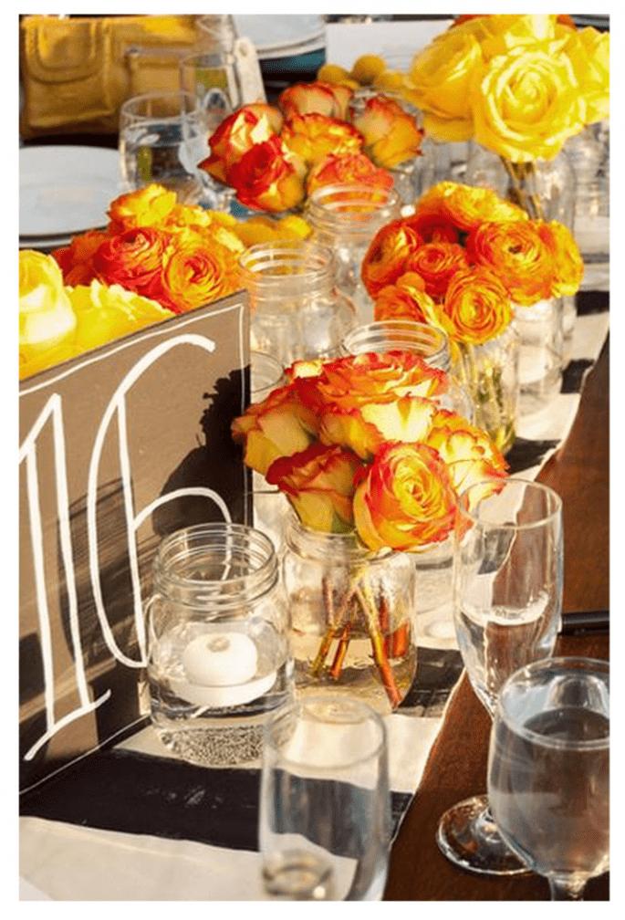 Decora las mesas con centros de mesa coloridos y llenos de vida - Foto Leah and Marc